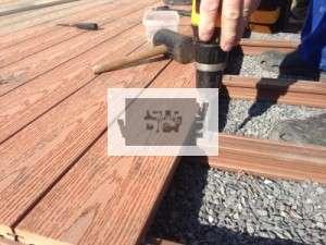 Stavba terasy - pokládka prken